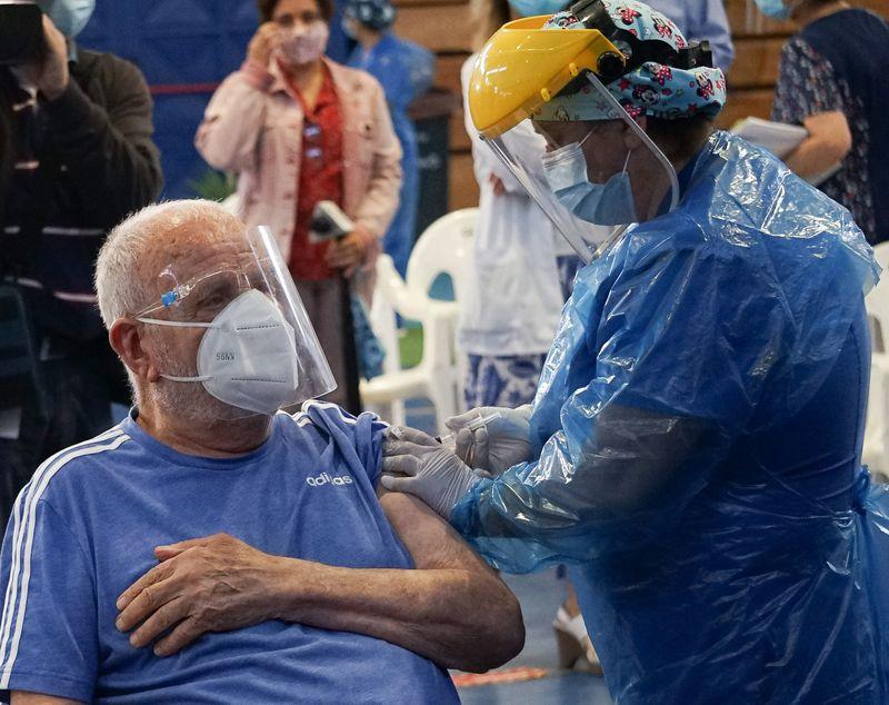 Primeras horas de vacunación masiva a adultos mayores